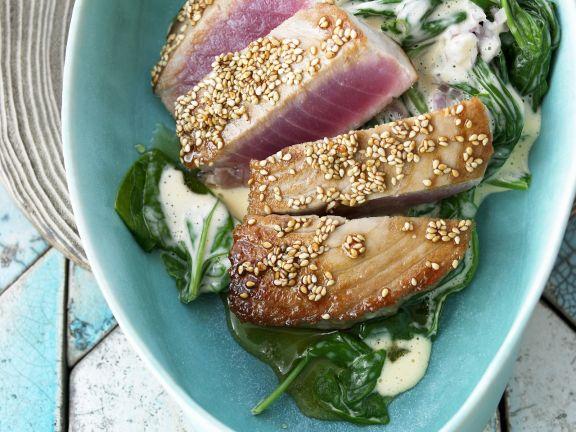 Gebratener Thunfisch mit Sesam und Spinat