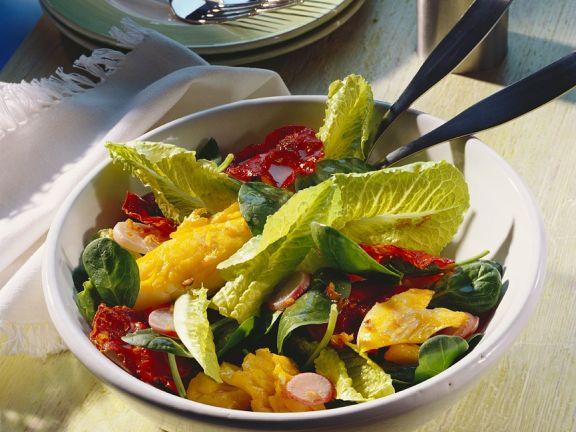 Gebratenes Fischfilet mit buntem Salat