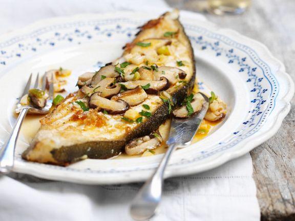 Gebratenes Fischkotelett mit Pilzen