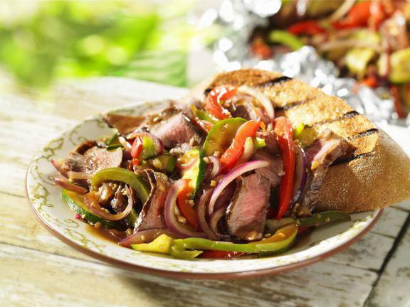 Gebratenes Gemüse mit Fleisch dazu Knofi-Brot