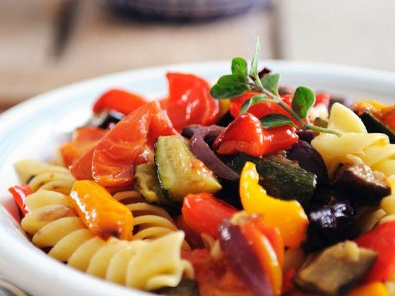 Gebratenes Gemüse mit Nudeln