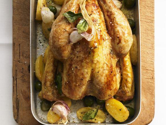 Gebratenes Hähnchen mit Kartoffeln und Oliven