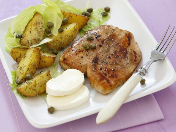 Gebratenes Hähnchenbrustfilet dazu Kartoffeln und Mozzarella
