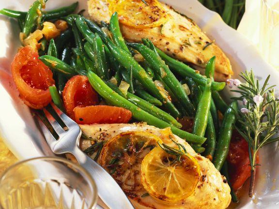 Gebratenes Hähnchenfilet mit Bohnen und Tomaten