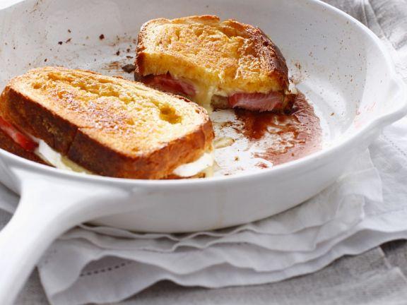 Gebratenes Käsesandwich mit Erdbeeren