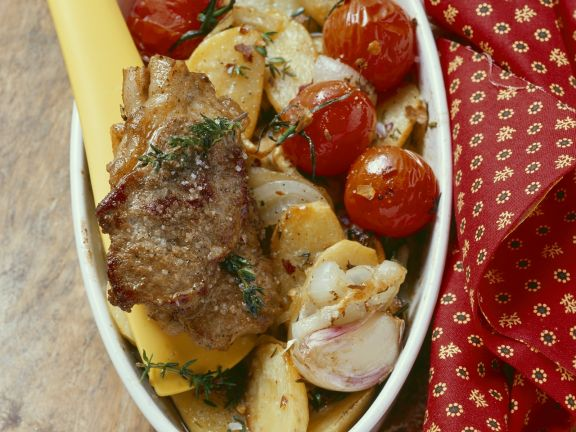 Gebratenes Lammfleisch mit Ofengemüse
