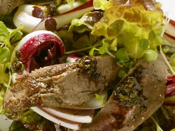 Gebratenes Rehfilet auf Herbstsalat mit Pesto aus Kürbiskernen
