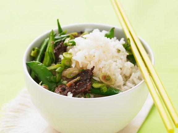 Gebratenes Rindfleisch mit Gemüse und Reis