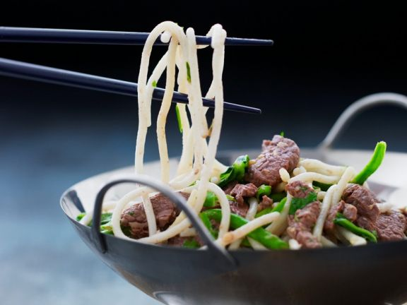Gebratenes Rindfleisch mit Nudeln und Gemüse