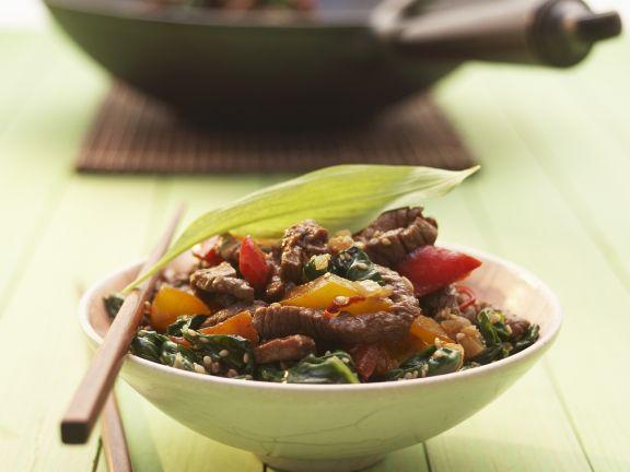 Gebratenes Rindfleisch mit Paprika und Bärlauch im Wok zubereitet