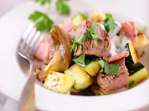 Gebratenes Rindfleisch mit Pilzen