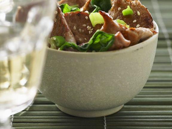 Gebratenes Schweinefleisch mit Spinat