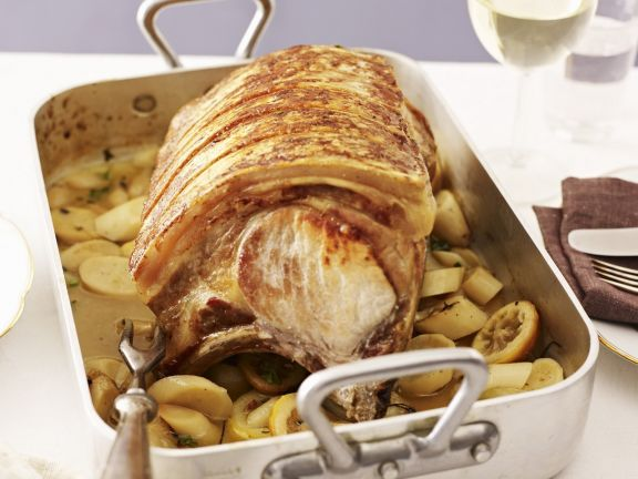 Gebratenes Schweinekotelett mit Petersilienwurzel und Zitrone