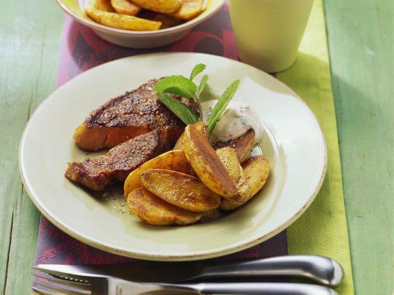 Gebratenes Steak mit Ofenkartoffeln und Quark