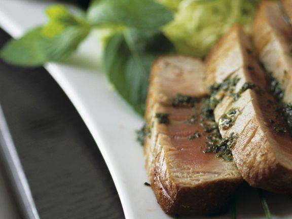 Gebratenes Thunfischsteak mit Pesto dazu grüner Salat