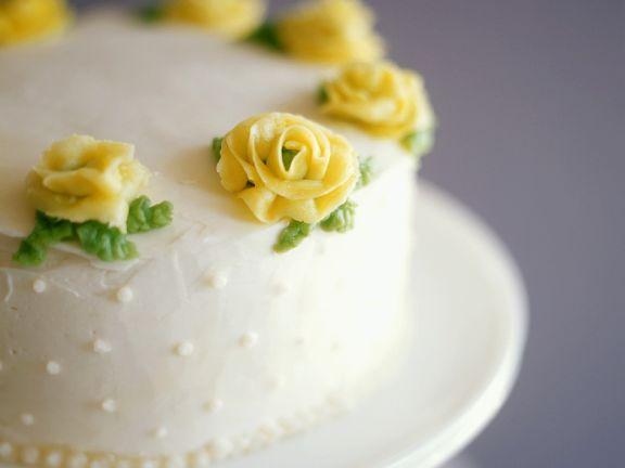 Geburtstagstorte mit gelben Marzipanrosen