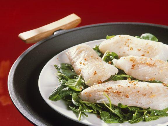 Gedämpfter Fisch auf Spinat