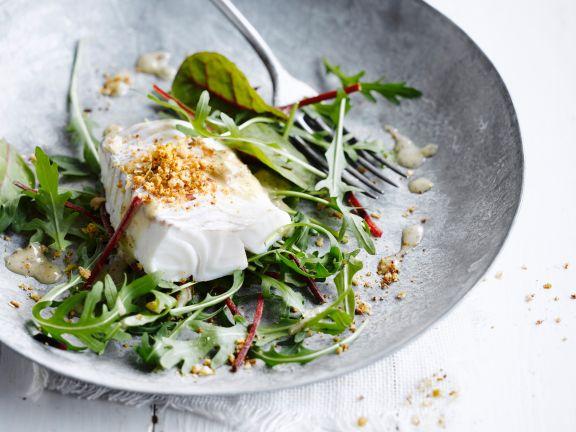 Gedämpfter Kabeljau mit Nüssen und Salat