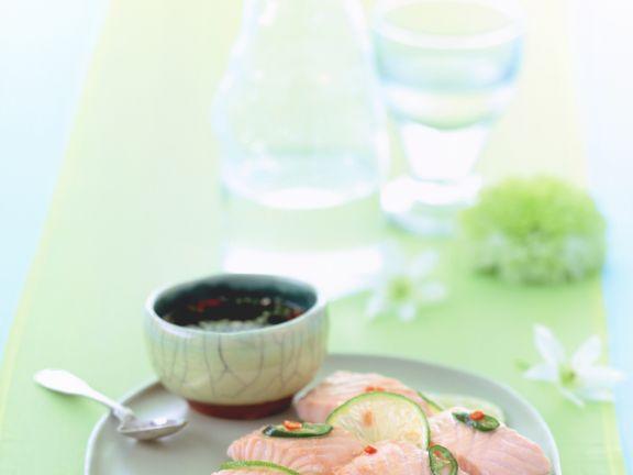 Gedämpfter Lachs mit Limetten und Koriander-Dip
