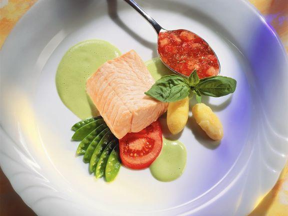 Gedämpfter Lachs mit Tomatensauce und Püree