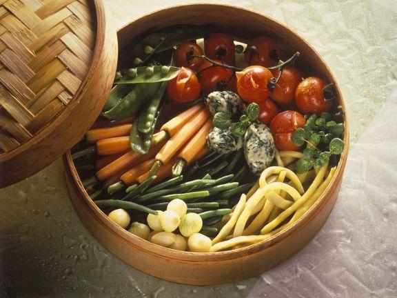Gedämpftes Gemüse mit Käseklößchen