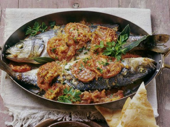 Gedünsteter Seebarsch, Garnelen mit Gemüse