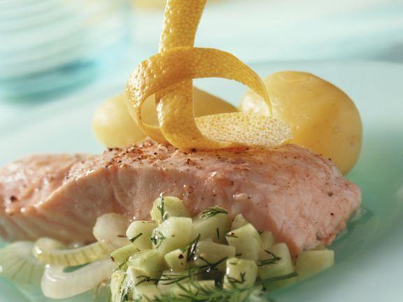 Gedünstetes Lachsfilet mit Gurkensalat und Kartoffeln