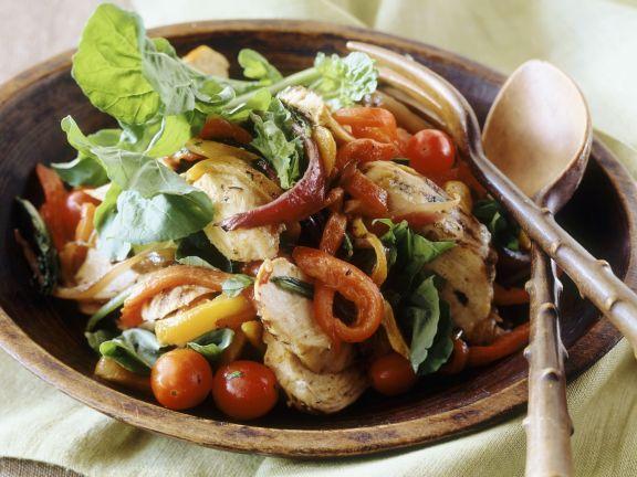 Geflügelsalat mit Paprika, Zwiebeln, Tomaten und Rucola
