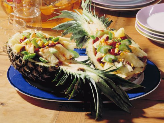 Gefüllte Ananas mit Staudensellerie und roten Bohnen