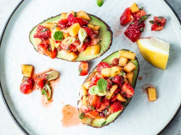 Gefüllte Avocado mit Erdbeer-Salsa