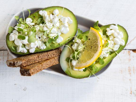 Gefüllte Avocado mit Hüttenkäse und Roggenbrot