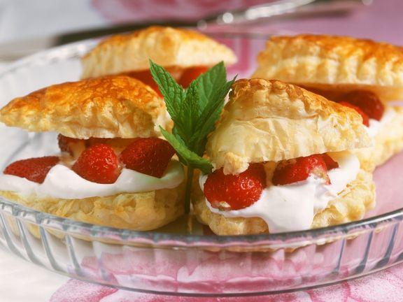 gefüllte Blätterteigtäschchen mit Mascarponecreme und Erdbeeren