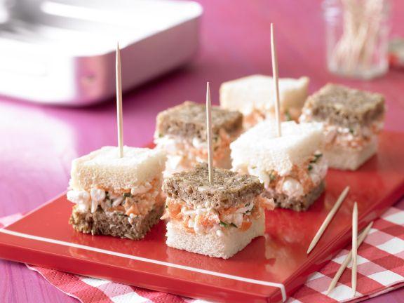 Schwarz-Weiß-Brote mit Frischkäse