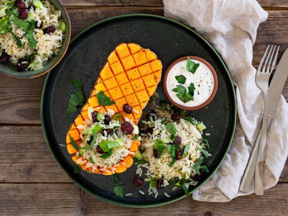 Gefüllte Butternutkürbisse mit Reis und Ziegenkäse-Sauce