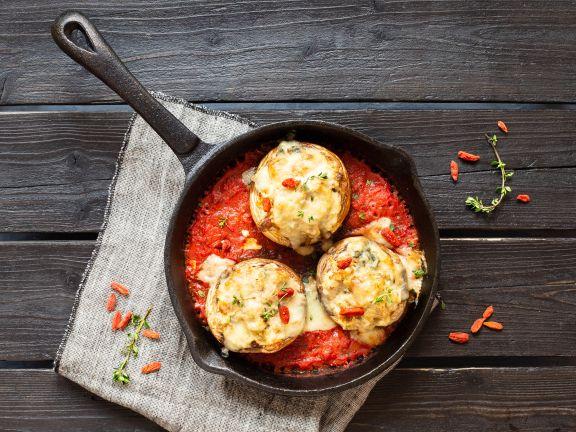 Gefüllte Champignons auf Tomaten