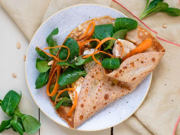 Gefüllte Dinkelpfannkuchen mit Salat und Ziegenkäse