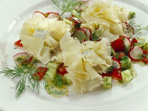 Gefüllte Käserosetten mit Gemüsesalat