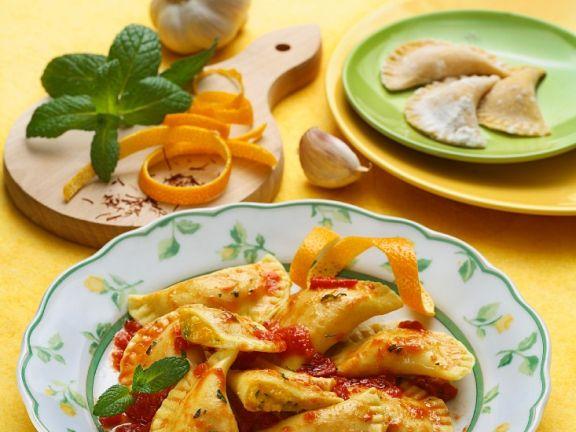 Gefüllte Nudeln mit Käse und Tomatensoße