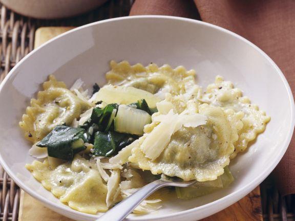 Gefüllte Nudeln mit Mangold und Quark in zerlassener Butter