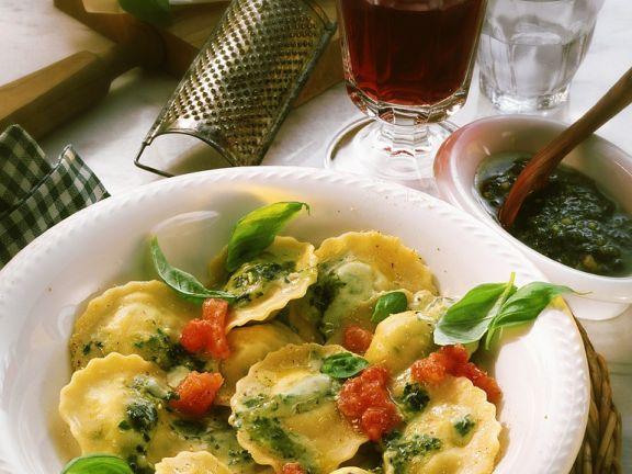 Gefüllte Nudeln mit Pesto-Tomaten-Sauce
