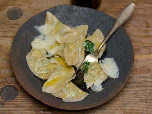 Gefüllte Nudeln mit Spinat dazu Parmesan und zerlassene Butter
