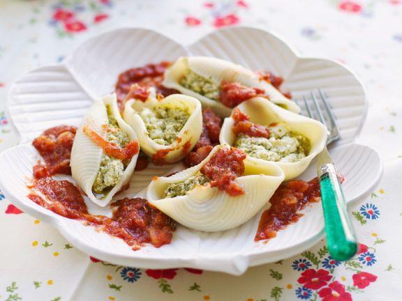 Gefüllte Nudeln mit Tofufüllung und Tomatensoße