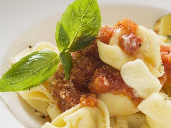 Gefüllte Nudeln mit Tomatensoße, Butter und Basilikum