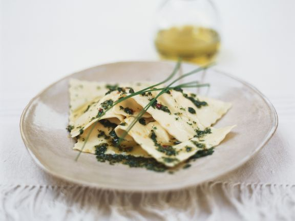 Gefüllte Nudeln und Kräuter-Öl-Soße