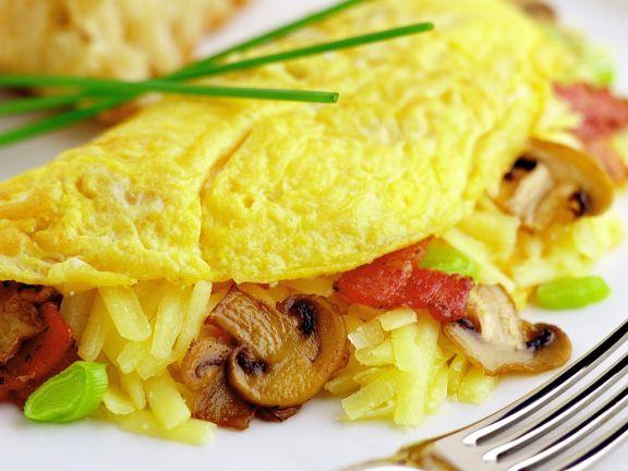Gefüllte Omelett mit Bacon, Pilzen und Käse