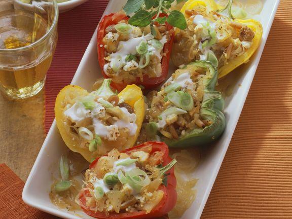 Gefüllte Paprika mit Sauerkraut, Rosinen und Pinienkernen