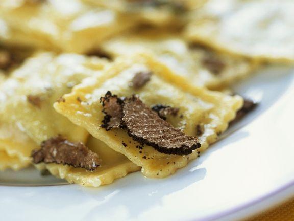 Gefüllte Pasta mit schwarzen Trüffeln