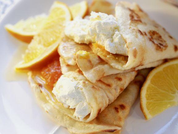 Gefüllte Pfannkuchen mit Orangen