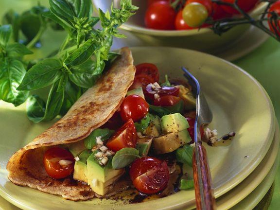 Gefüllte Pfannkuchen mit Tomaten und Avocado