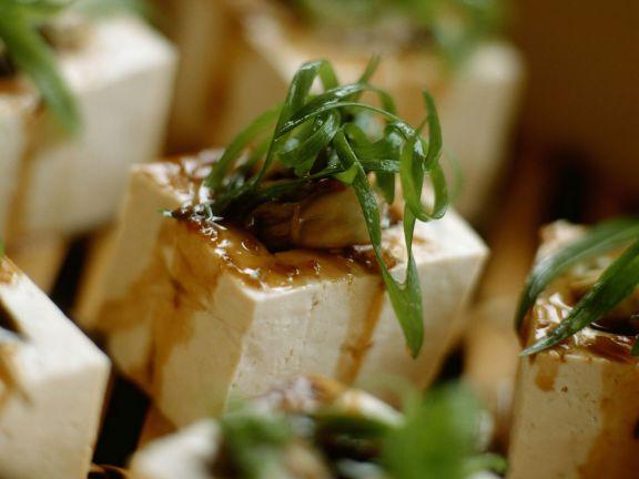 Gefüllte Tofuwürfel mit Lauch und Pilzen